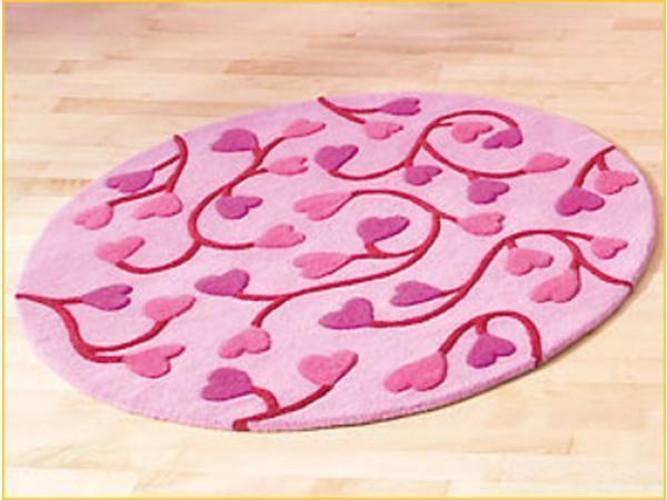tapis rond rose avec des coeurs les jouets de pyrene. Black Bedroom Furniture Sets. Home Design Ideas